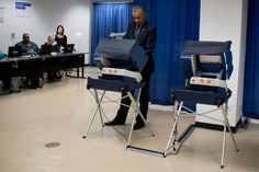 """O presidente Barack Obama foi votar na eleição antecipada em sua """"cidade natal"""" de Chicago, nesta sexta-feira (7), na tentativa de estimular os eleitores democratas a irem às urnas antes de 8 de novembro."""