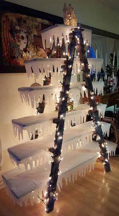 Подборка очередной порции приёмов новогоднего декора с помощью деревянных полок. Если пространство не позволяет установить рождественскую ель, всегда можно найти альтернативу мохнатому дереву и соорудить дисплей из досок, картона или других подручных плоскостей. Дисплей — это такая полка, которая имеет много ячеек, боксов или полочек, может быть напольной, настольной или настенной и используется в основном в магазинах, витринах, выставках.