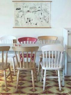 Houten eetkamerstoelen in een landelijke keuken. | stoelen ...