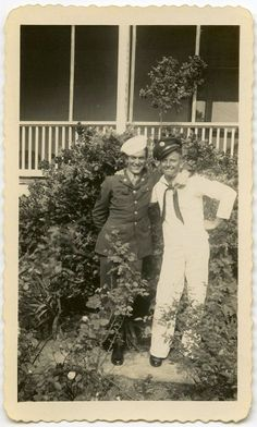 Sailor and GI Buddy Exchange Hats Veterans Memorial, Military Veterans, Pictures Of People, More Pictures, Vintage Pictures, Vintage Images, Vintage Men, Us Sailors, Joining The Military