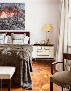 Спальня хозяев. Ночной столик <br /> по дизайну Маттиа Бонетти сделан в мастерской David Gill Gallery. Роскошное покрывало из стриженой норки спадает до самого пола. Над кроватью — картина китайского художника ЦзэнаФаньчжи.
