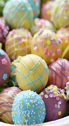 These Easter Egg cake balls are such a fun Easter dessert idea! Made lighter by using a box cake mix, egg whites and fat free Greek yogurt – no oil, no butter Easter Egg Cake Pops, Easter Cupcakes, Easter Cookies, Easter Eggs, Easter Food, Easter Candy, Easter Treats, Desserts Ostern, St Patricks Day Food