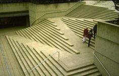 Stairs + ramp  Robson Square, Arthur C. Erickson, Vancouver. Escaleras y rampa, inteligente solución!