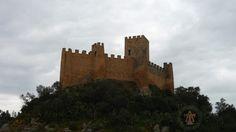 Le château d'Almourol (Castelo de Almourol en portugais), érigé en 1171 par Gualdim Pais, se trouve sur une petite île rocheuse au milieu du Tage au Praia do Ribatejo, Barquinha, Portugal. Il a servi de forteresse aux chevaliers de l'Ordre du Temple pendant la Reconquista. Cette photo a été prise para As Templárias (les templières en portugais) en juillet 2015.