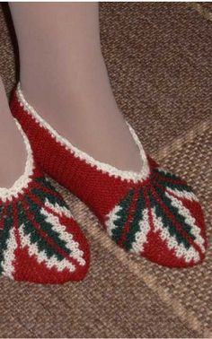 This Pin was discovered by Neş Knitting Socks, Free Knitting, Baby Knitting, Knitting Patterns, Crochet Patterns, Knit Shoes, Crochet Shoes, Tunisian Crochet, Knit Or Crochet