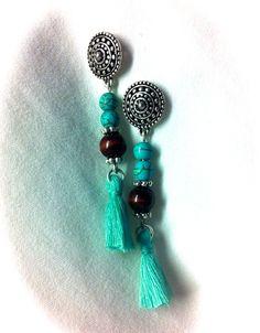 Pendientes de 2 piezas de turquesas, bola de madera y entrepiezas metálicas, con pompones de algodón color turquesa (opcional): 7€