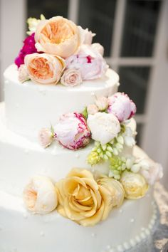 Cake with gorgeous blooms: http://www.stylemepretty.com/little-black-book-blog/2015/02/23/elegant-fall-wedding-at-antrim-1844/ | Photography: Sweet Tea - http://www.mysweetteaphoto.com/