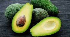 Avocado isn't your typical fruit as it is high in fat rather than carbohydrates. But don't let that deter you from enjoying it as it can still offer heart health benefits, including lowering your cholesterol. Healthy Fats, Healthy Snacks, Healthy Eating, Healthy Weight, Healthy Life, Avocado Superfood, Virus Del Herpes Simple, Low Calorie Smoothies, Coconut Oil