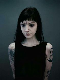 Grace Neutral is the tattoo-covered alien princess with purple eyes, pointed elf ears, a forked-tongue, scarification and no bellybutton. Grace Neutral, Body Modifications, Estilo Taylor Momsen, Punk, Facial Tattoos, Style Ethnique, Portraits, Poses, Tattoo Models