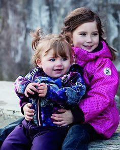 Racoon Mädchenjacke   Die schöne Kinder-Softshelljacke Tulle von Racoon Outdoor kommt mit tollem Allover-Print, Kapuze und Daumenlöchern in den Ärmeln für kleine Mädchen und Baby Girls. Hingucker sind der durchgehende, schräg verlaufende Reißverschluss und die verschiedenen reflektierenden Elemente, die für mehr Sicherheit im Straßenverkehr sorgen. Innen mit warmem Fleece gefüttert. Die Kapuze ist abnehmbar. Wasserdicht-Level 5.000 mm. Winddicht. Atmungsaktiv.