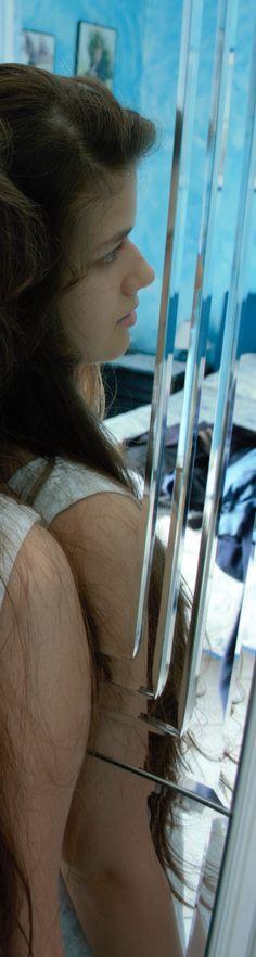 MUTA ESISTENZA Nel vento galleggiavano,  i miei passi  e dolci urtavano,  forse  gli altrui corpi  e polvere di cielo  le membra erano.  Come amara passione,  invisibile emozione  e impalpabile sensazione  d'infinita Esistenza,  un'umana necessità di parole  fra i muti silenzi  dell'infedele udito.  Vita stretta  in sorrisi di secondo  e frantumata speranza  d'illusione bambina.   Veronica Rinero
