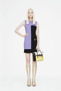 2015 Versace Resort - Donatella Versace'nin çarpıcı etkisiyle manipüle edilmiş kumaşlardan ve şık bir dizi geometrik kesimlerden oluşan Versace'nin yeni Resort koleksiyonu 1960'lardan ilham alınmış.