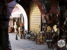 Ik houd me meestal maar een beetje afzijdig bij het onderhandelingsproces, en zo ook in de souks van Marrakech, waar we op een oververhitte dag wat schaduw en cadeaus voor thuis zoeken. Robin is een stuk beter in het spel. Gelukkig maar, want de Marokkaanse verkopers zijn hier op hun best. Vind meer onderhandeltips op http://www.myworldisyours.nl/places/marrakech #Marrakech #morocco #souq #souk