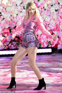 Taylor Swift dazzles in pink performing on GMA as star announces she will open the 2019 MTV VMAs Daily Mail Online Taylor Swift Outfits, Taylor Swift Hot, Estilo Taylor Swift, Live Taylor, Taylor Swift Dancing, Taylor Swift Wallpaper, Fans, Taylor Swift Pictures, Shows