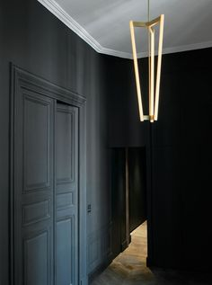 TUBE CHANDELIER by Michael Anastassiades demonstrates the designer's ability to create a statement lighting piece from simple elements, using a sculptural form and harmonious materials. Agent in Scandinavia: Anker & Co – showroom in Copenhagen Home Interior, Interior Architecture, Interior And Exterior, Interior Doors, Interior Lighting, Lighting Design, Black Hallway, Home Luxury, Turbulence Deco