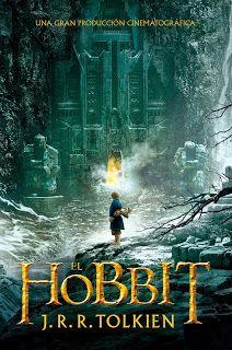 El Hobbit - J.R.R. Tolkien Bilbo Bolsón es como cualquier hobbit: no mide más de metro y medio, vive pacíficamente en la Comarca, y su máxima aspiración es disfrutar de los placeres sencillos de la vida (comer bien, pasear y charlar con los amigos).  Y es que todos ellos son tan vagos como bonachones, por naturaleza, y porque quieren. Pero una soleada mañana, Bilbo recibe la inesperada visita de Gandalf, el mago de larga barba gris y alto sombrero, que cambiará su vida para siempre. Con…