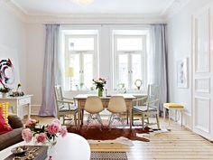 Krásná jídelna spojená s obývákem. Perfektní jsou zejména designové židličky ve skandinávském designu kombinované s repasovanými židlemi v klasickém provedení.