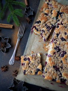 Mustikkapiiras kanelimurulla – Joulukalenteri luukku 6 – Dr. Sugar   Meillä kotona Nutella, Sugar, Bread, Baking, Tableware, Sweet, Desserts, Food, Cakes
