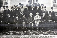 Temsilciler: Kongrenin seçtiği heyet i temsiliye üyeleri Sivas lisesi binası önünde görülüyorlar. Birinci sıra soldan : Ömer Mümtaz bey, Hüseyin Rauf bey, şeyh hacı Fevzi, kongre başkanı Mustafa Kemal, kadı Hasbi (eski Sivas vali vekili), Bekir Sami bey, Ahmet Rüstem bey, Hüsrev Sami bey ve Mazhar Müfit bey.