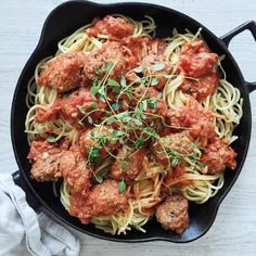 Italienske kødboller i tomatsovs - Maria Vestergaard One Pot Pasta, Frisk, Wok, Tasty Dishes, Japchae, Italian Recipes, Food Inspiration, Spaghetti, Food And Drink