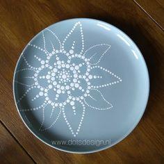 Most recent No Cost simple pottery art Tips Kan ook goed werken, met wit op een gekleurd bord!