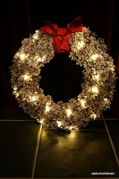 Käpykranssi valoilla diy Christmas Time, Christmas Wreaths, Christmas Decorations, Holiday Decor, Hobbies And Crafts, Diy And Crafts, Door Wreaths, Pine Cones, Natural Materials