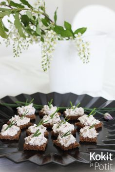 Ruisneliöt savuporotahnalla - Dark bread w/smoked reindeer spread | Kokit ja Potit -ruokablogi No Bake Treats, Feta, Goodies, Appetizers, Food And Drink, Favorite Recipes, Cheese, Snacks, Baking