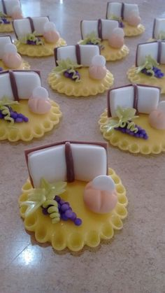 Souvenirs for Communion ! First Holy Communion Cake, Baptism Cookies, Cross Cakes, Clay Magnets, Soap Wedding Favors, Cake Topper Tutorial, Fimo Clay, Pasta Flexible, Cold Porcelain