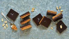 Na tyhle hříšně dobré nepečené řezy potřebujete jen pět ingrediencí, pár minut času ahodně silnou vůli, abyste jim pak odolali. Rozkrájet je můžete na libovolně malé či velké kousky ačást klidně zamrazit. Kousky potom stačí nechat přes noc povolit vlednici! Sweet Breakfast, Chocolate, Desserts, Recipes, Food, Tailgate Desserts, Deserts, Chocolates, Eten