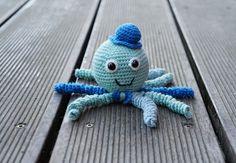 """EnHæklet blæksprutte er særligt god til for tidligt fødte børn. Deres fangearme giver babyen en følelse af moderen navlestreng og dermed en genkendelig tryghed fra maven. Udover disse egenskaber, er denne sprutte både sød og cool – du kan lege med """"tilbehøret"""" som du lyster. Opskriften er lavet til en særlig lille gut som kom …"""