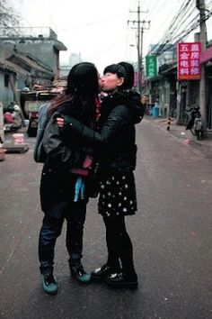 China gay. La homosexualidad es una perversión capitalista, según el Partido Comunista. Así que cerca de 30 millones de personas lo llevan en secreto. Aún funcionan centros de terapia donde dan electroshocks. Zigor Aldama | El Correo, 2016-01-11