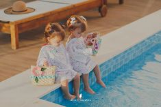 Ensaio fotográfico de bebês gêmeas na piscina em Itapema | Fotografia Lifestyle de Família em Curitiba | Adrieli Cancelier