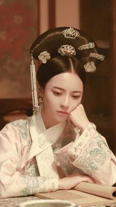 花落宫廷错流年 Korean Traditional Clothes, Traditional Outfits, Chinese Style, Chinese Art, Geisha, Chinese Drawings, Victorian Paintings, Paint Photography, Hanfu