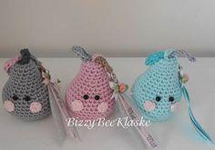 Ik deel het patroontje van de Zomer Peertjes met jullie...Veel plezier ermee WAT HEB JE NODIG! · Bolletje katoen in de kleur die je zelf leuk vindt· Restje katoen, voor het steeltje, Crochet Fruit, Crochet Food, Crochet Bear, Cute Crochet, Crochet Flowers, Crochet Hats, Crochet Keychain, Crochet Shirt, Crochet Diagram