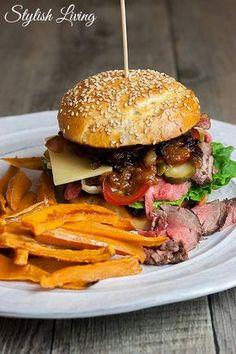 Burger mit Rinderfilet, selbstgemachter Barbecue-Sauce und Süßkartoffel-Pommes