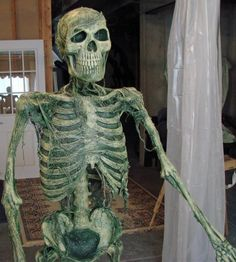 Fantastic tutorial showing you how to age a simple skeleton prop. Halloween 9, Halloween Forum, Halloween Skeletons, Outdoor Halloween, Halloween Projects, Holidays Halloween, Halloween Decorations, Horror Decor, Movie Props