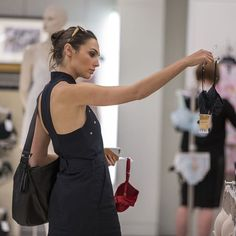 Gal shopping ❣️ •#gal #galgadot #wonderwoman #dianaprince