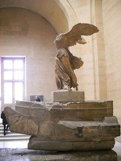 Samothrake Nikesi - M.Ö. 220-190. Parian Mermeri. Louvre Museum