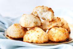 Ik ben gek op kokosmakronen, dus ik kon niet wachten om een nieuwe variatie op mijn favo koekje uit te proberen! Rozijn-kokosmakronen met citroen én minder suiker. Perfect!
