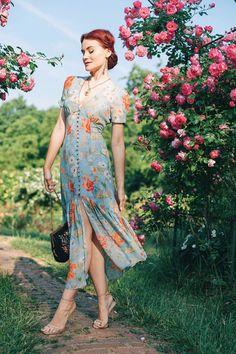 Midi floral dress that I adore www. 1960s Fashion, Girl Fashion, Vintage Fashion, Zara Dresses, Casual Dresses, Summer Dresses, Pretty Outfits, Pretty Dresses, Vintage Dresses