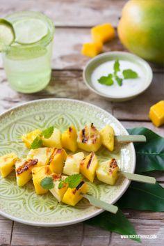 Fruchtiger Nachtisch, Ananas-Mango-Spiesse mit Honigjoghurt