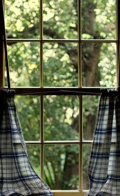 elorablue:    Window Viewing by Melanie Hillock on Flickr.