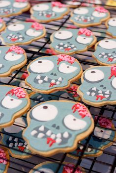 A brilliant idea! Love these Zombie Cookies for Halloween Zombie Halloween, Halloween Goodies, Halloween Food For Party, Halloween Desserts, Halloween Treats, Halloween Wishes, Happy Halloween, Fall Cookies, Iced Cookies