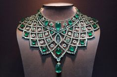 Bib emerald and diamond necklace. #joyasantiguas #joyasvintage #vintagejewelry #antiquejewelry