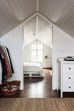 15 attic bedrooms that you want to clean upstairs as quickly as possible . - 15 attic bedrooms that you want to clean upstairs as quickly as possible – Latest decor - Loft Conversion, Attic Bedroom Designs, House, Home, Bedroom Loft, Attic Remodel, Attic Conversion, Bedroom Design, Home Decor