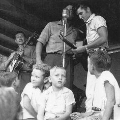 Magnolia Gardens, Texas 1955 - Little rockers are patiently waiting on the edge of the outdoor stage for Elvis Presley to finish tuning his guitar. Deejay Gabe Tucker is at the microphone and Elvis' guitarist, Scotty Moore is in the background. Lisa Marie Presley, Priscilla Presley, Rock And Roll, Facebook Pic, Elvis Cd, Are You Lonesome Tonight, Scotty Moore, Young Elvis, Elvis Presley Photos