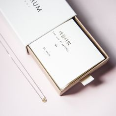아름다워 reads as Arum Da Wo which means You are Beautiful in Korean. Jewelry Packaging, Brand Packaging, Packaging Design, Jewellery Boxes, Jewellery Display, Korean Jewelry, Korean Design, Packing Jewelry, Composition Design