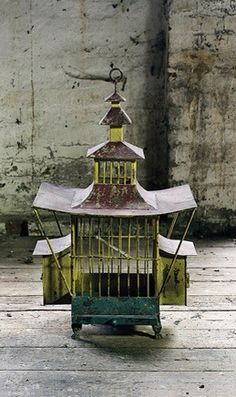 爱 Chinoiserie? 爱 home decor in chinoiserie style - Old oriental bird cage Wabi Sabi, Pretty Things, Antique Bird Cages, The Caged Bird Sings, Chinoiserie Chic, Vintage Birds, Katana, Mellow Yellow, Bird Feathers