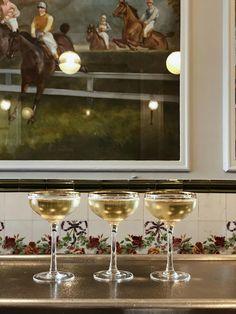 Bar cocktail carrelage carreau ciment peinture tableau cadre comptoir accueil hall restaurant Restaurants, Spots, White Wine, Alcoholic Drinks, Champagne, Tableware, Travelling, Cocktail, Concept