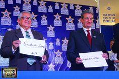 Ernesto Gómez Cruz y Rafael Loret de Mola Plasmaron sus huellas hoy, en Galerías Plaza de las Estrellas: Don Ernesto Gómez Cruz y Rafael Loret de Mola;agradecemos a @luminariass por las facilidades.